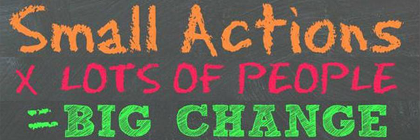 Small actions x lots of people = big change (escrito a giz de cor num quadro)